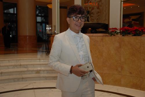Xuân Hinh diện áo dài độc đáo cùng vợ tới dự đám cưới Thanh Thanh Hiền 10