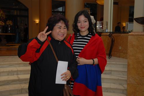 Xuân Hinh diện áo dài độc đáo cùng vợ tới dự đám cưới Thanh Thanh Hiền 12
