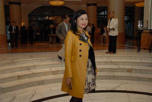 Xuân Hinh diện áo dài độc đáo cùng vợ tới dự đám cưới Thanh Thanh Hiền 15