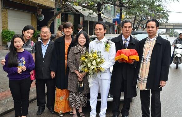 Con gái Thanh Thanh Hiền theo sát mẹ trong ngày cưới 7