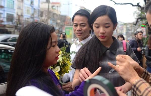Con gái Thanh Thanh Hiền theo sát mẹ trong ngày cưới 6