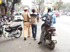 Gặp CSGT, nam thanh niên vứt xe bỏ chạy 6