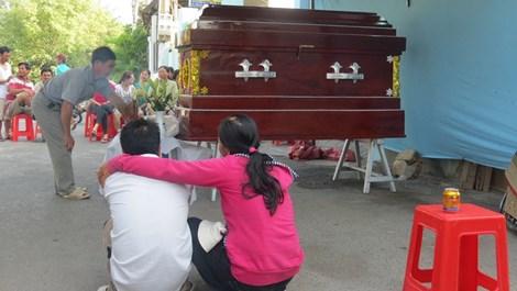 Đau đớn vợ trẻ chết trước mặt chồng vì bị lưới kéo xuống biển 1