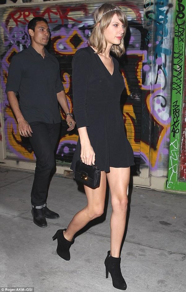Taylor Swift khoe đôi chân 850 tỷ bị băng bó vì mèo cưng 7