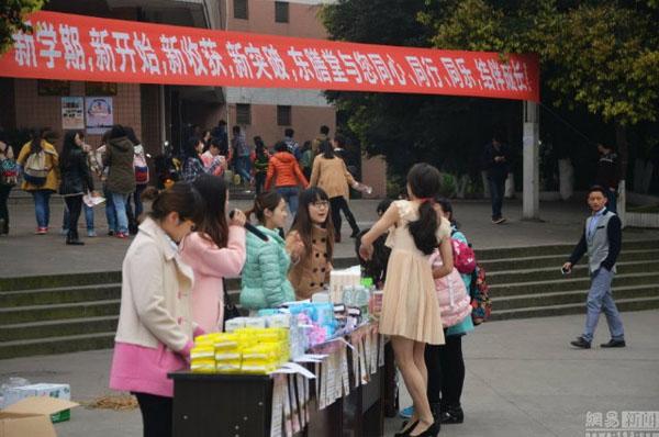 Chàng sinh viên kiếm 35 triệu/tháng nhờ mặc váy giả gái, bán đồ tế nhị 9