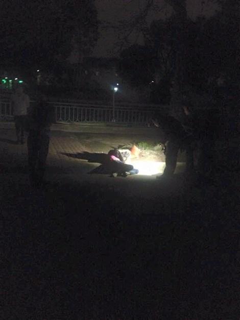 Hoảng hồn phát hiện một phụ nữ ngồi gục đầu chết bất thường bên hồ 5