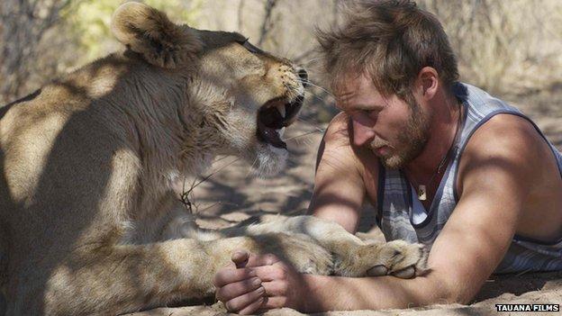 Cuộc sống của người đàn ông ôm sư tử cái mỗi ngày 6