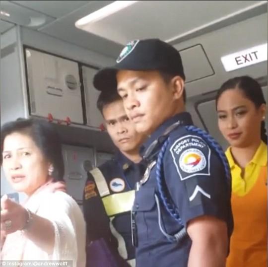 Máy bay hạ cánh khẩn cấp vì diễn viên đánh tới tấp tiếp viên hàng không 7