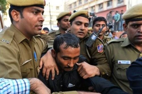 Ấn Độ: Bi hài chuyện cảnh sát bắt gặp đồng nghiệp khi đột kích nhà thổ 5