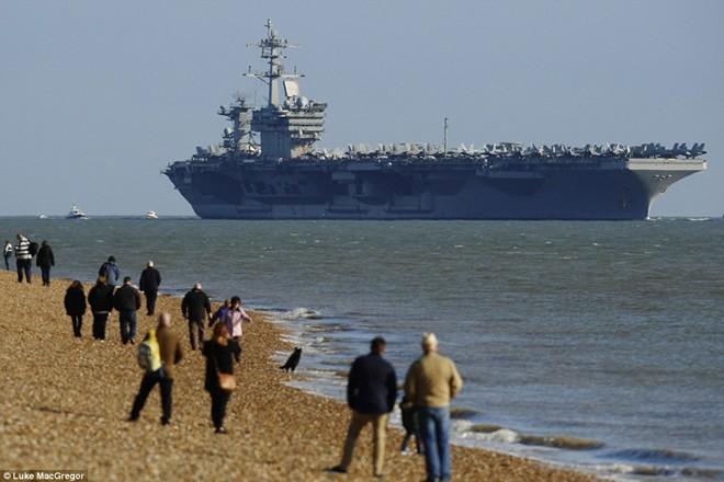 Dân Anh đổ ra bờ biển xem tàu sân bay khổng lồ của Mỹ 5