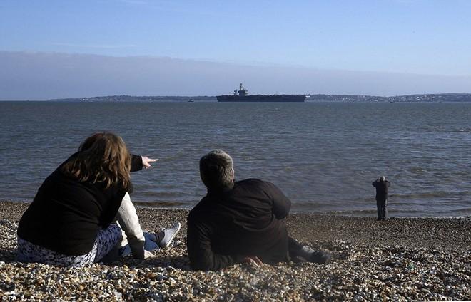 Dân Anh đổ ra bờ biển xem tàu sân bay khổng lồ của Mỹ 10