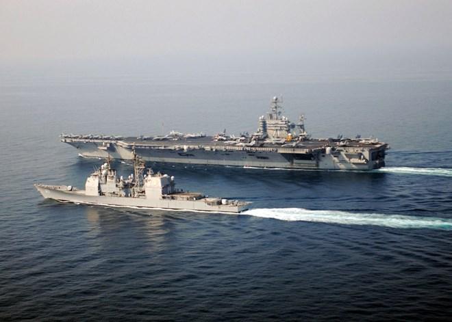 Dân Anh đổ ra bờ biển xem tàu sân bay khổng lồ của Mỹ 12
