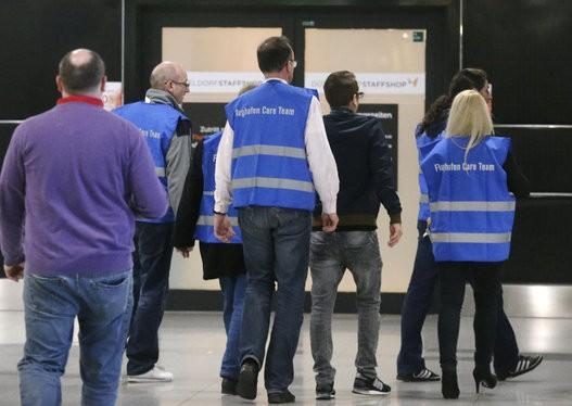 Thân nhân hành khách Airbus A320 bàng hoàng, đau đớn tại sân bay 10
