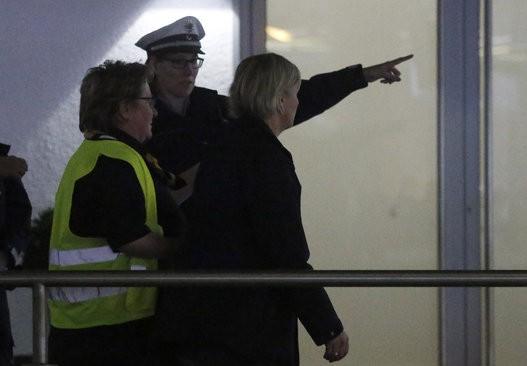 Thân nhân hành khách Airbus A320 bàng hoàng, đau đớn tại sân bay 11