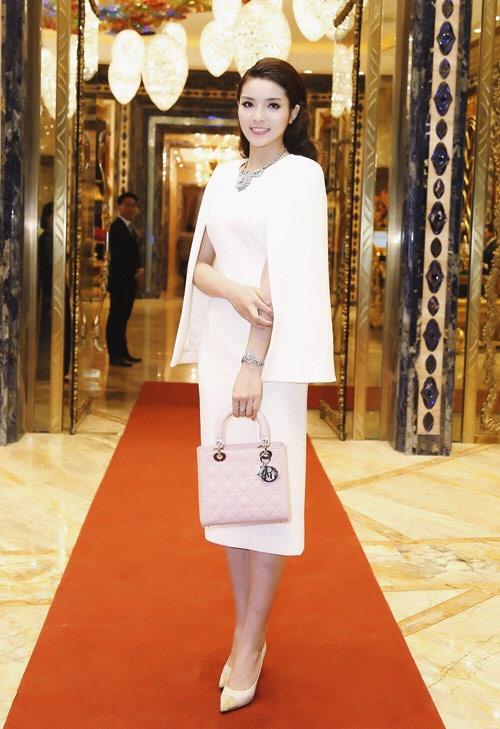 Soi những món đồ xa xỉ đắt tiền của Hoa hậu Kỳ Duyên 6