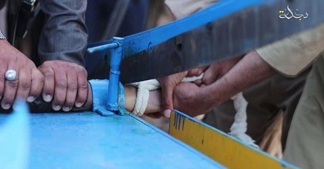 IS tung video chặt tay kẻ trộm bằng máy chém 5