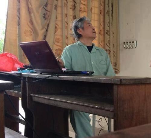 Tâm sự của thầy giáo mặc áo bệnh nhân đứng lớp 4