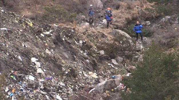 Bắt đầu thu thập thi thể nạn nhân máy bay rơi ở Pháp 5