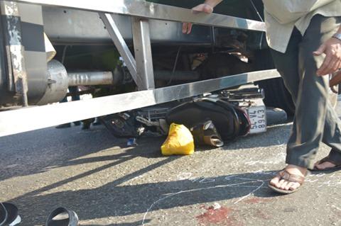 Bị xe tải kéo lê, đôi vợ chồng trẻ thương vong 4
