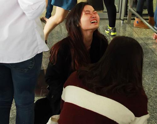Fan ngồi la liệt ở sân bay, bật khóc nức nở khi thấy SHINee 7