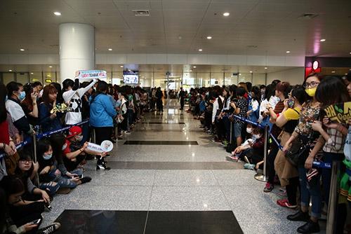 Fan ngồi la liệt ở sân bay, bật khóc nức nở khi thấy SHINee 5
