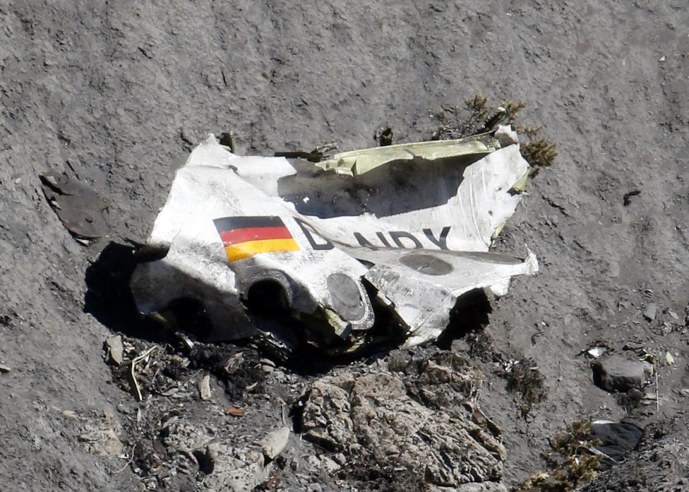 Trực thăng đưa thi thể nạn nhân xấu số ra khỏi dãy Alps 4