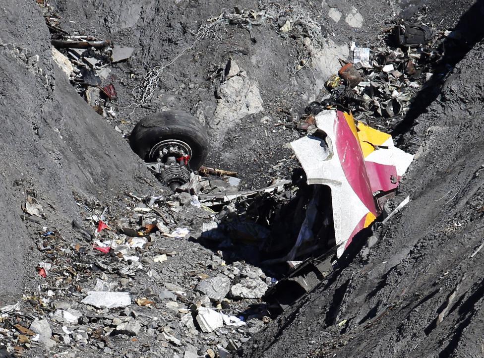 Trực thăng đưa thi thể nạn nhân xấu số ra khỏi dãy Alps 5