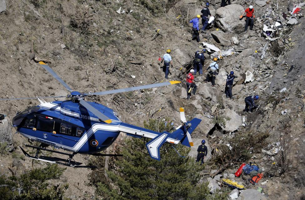 Trực thăng đưa thi thể nạn nhân xấu số ra khỏi dãy Alps 8