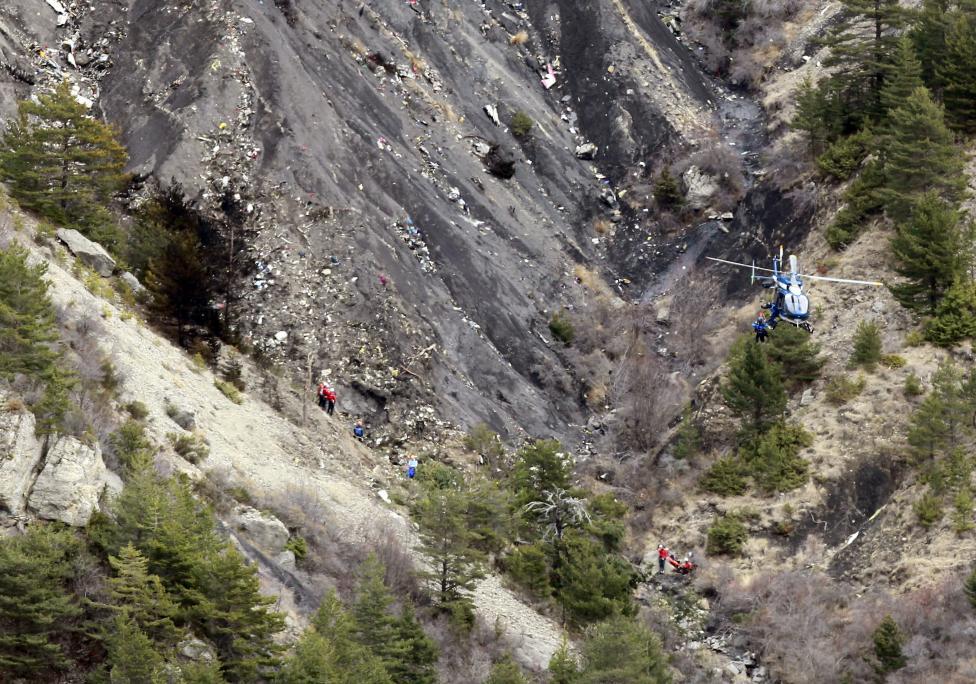Trực thăng đưa thi thể nạn nhân xấu số ra khỏi dãy Alps 12