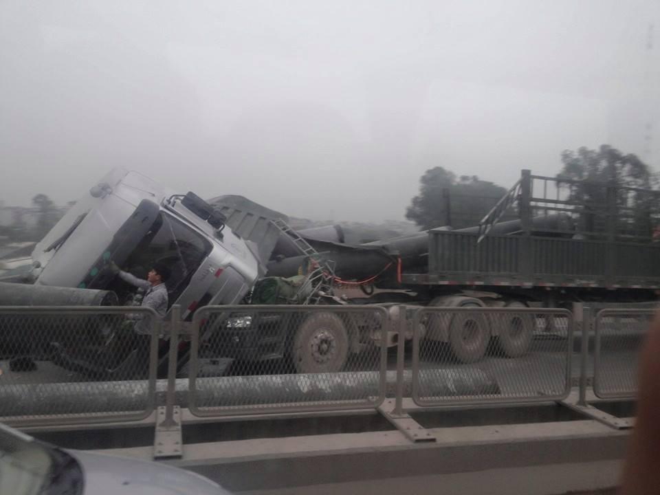 Tai nạn tại đường cao tốc trên cao, bê tông đổ khắp nơi 4