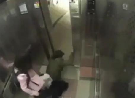 Video: Cướp nhầm cô gái có võ, tên cướp bị đánh tơi bời 4