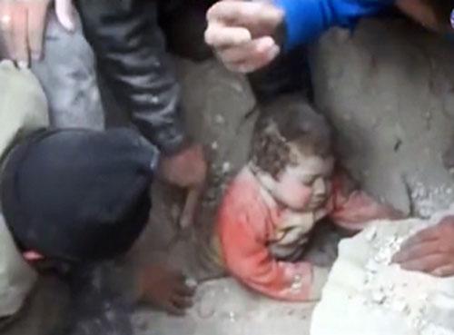 Clip em bé vùi dưới đất đá được cứu sống diệu kỳ 4