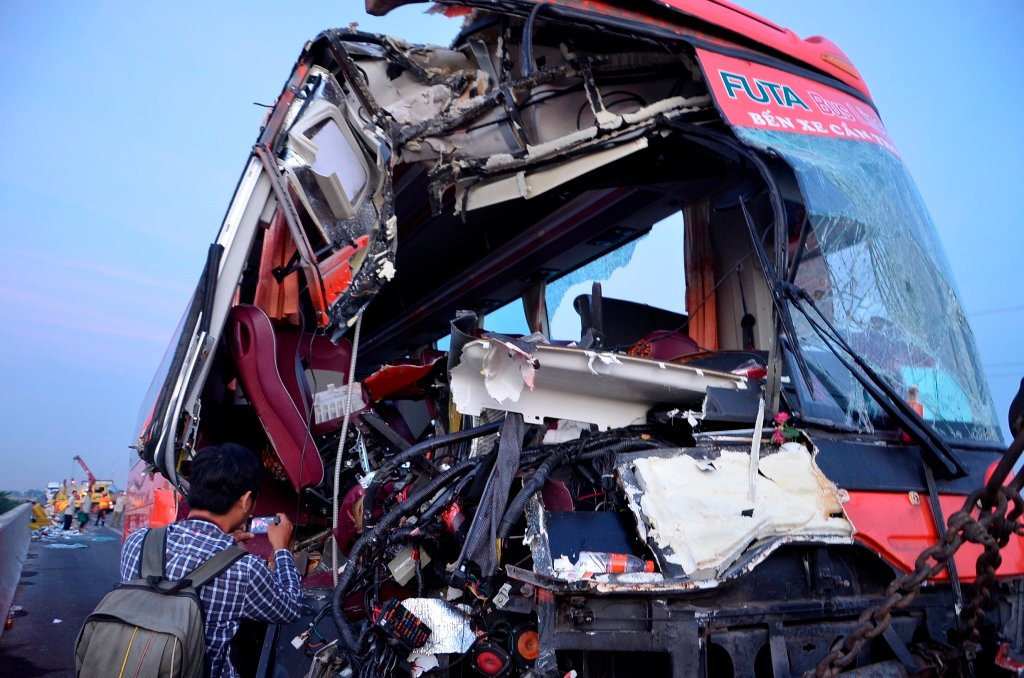 Xe khách đâm vào hai xe tải 1 người chết, 9 người bị thương 4