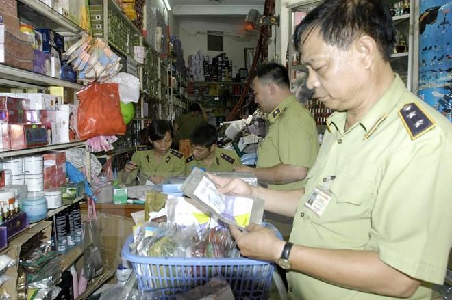 Hàng trăm ngàn đồ mỹ phẩm giả tại cửa hàng Xuân Thủy bị thu giữ 4