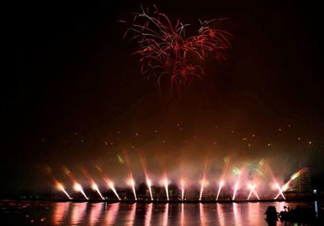 Bầu trời Đà Nẵng rực sáng pháo hoa mừng giải phóng thành phố 6