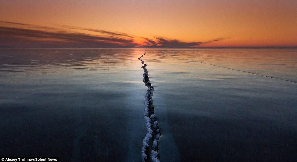 Choáng váng trước cảnh tượng mặt hồ Baikal nứt làm đôi 4