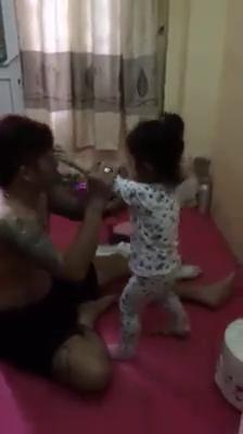 Ông bố dạy con học mẫu giáo