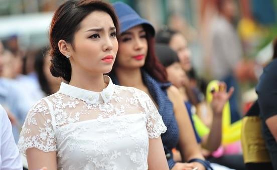 Hoa hậu Nguyễn Cao Kỳ Duyên bị lộ nhược điểm tại sự kiện lớn 4