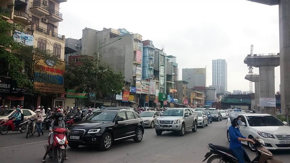"""Hà Nội: """"kiệu bay"""" gây xôn xao trên đường Nguyễn Trãi 12"""