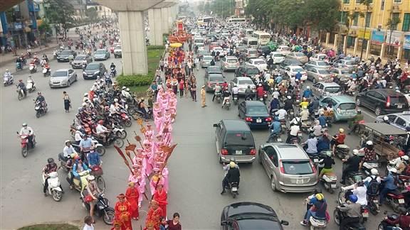 """Hà Nội: """"kiệu bay"""" gây xôn xao trên đường Nguyễn Trãi 8"""