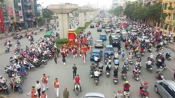 """Hà Nội: """"kiệu bay"""" gây xôn xao trên đường Nguyễn Trãi 9"""