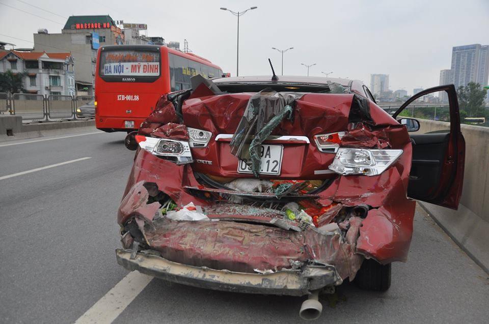 4 người trong xế hộp la hét hoảng loạn khi bị xe khách đâm 4