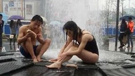 Đôi nam nữ thản nhiên tắm giữa đường phố Trung Quốc 4