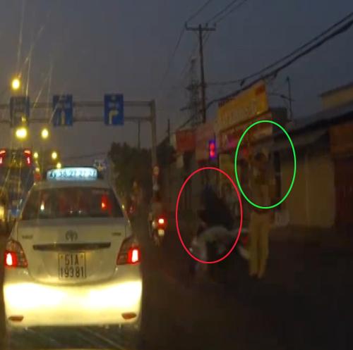 Clip: Nam thanh niên cúi đầu né cú vụt gậy của cảnh sát giao thông 1