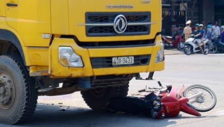 Va chạm xe ben, cháu bé 2 tuổi tử vong, ông trọng thương 1