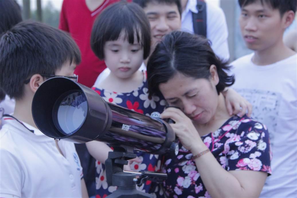 Hà Nội: Người dân đổ xô đi xem