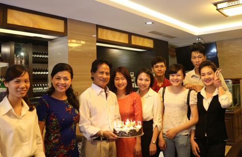 Chế Linh đón sinh nhật tuổi 73 bên vợ thứ 4 xinh đẹp 2