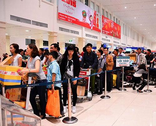 Vòi tiền ở sân bay: Nhân viên tự thò tay vào túi hành khách lấy tiền? 1