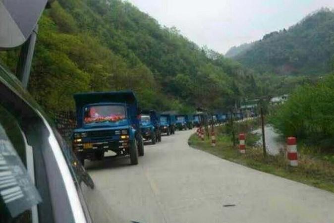 Chú rể Trung Quốc đón dâu bằng đoàn xe tải