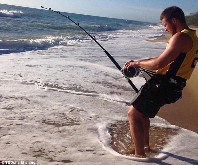 """Chàng trai """"vật lộn"""" trong 3 giờ đồng hồ để bắt cá mập dài 4 mét 4"""